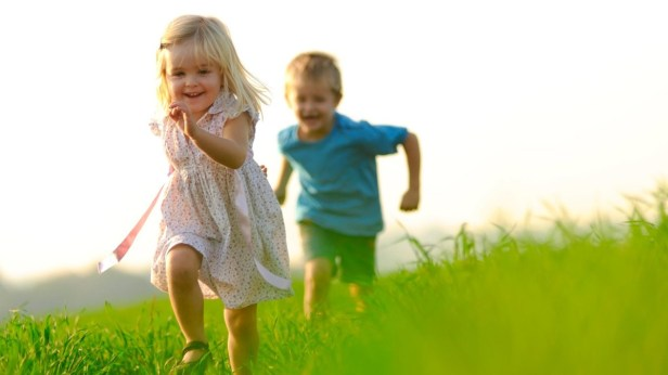 kids-happy-boy-girl-grass-running-photography-1920x1080-e1470625353132